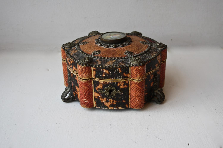 Pretty wooden round trinket box